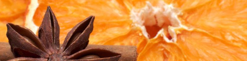 Orangenscheibe, Zimtstange und Sternanis