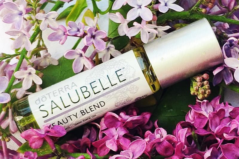 Salubelle-Rollon auf rosa Blütenbett