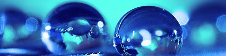 blaue Wassertropfen auf türkisem Hintergrund