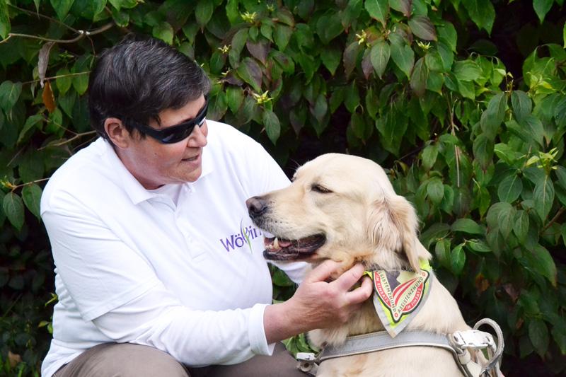 Ingrid Meckel hockt neben ihrem Hund Sultan