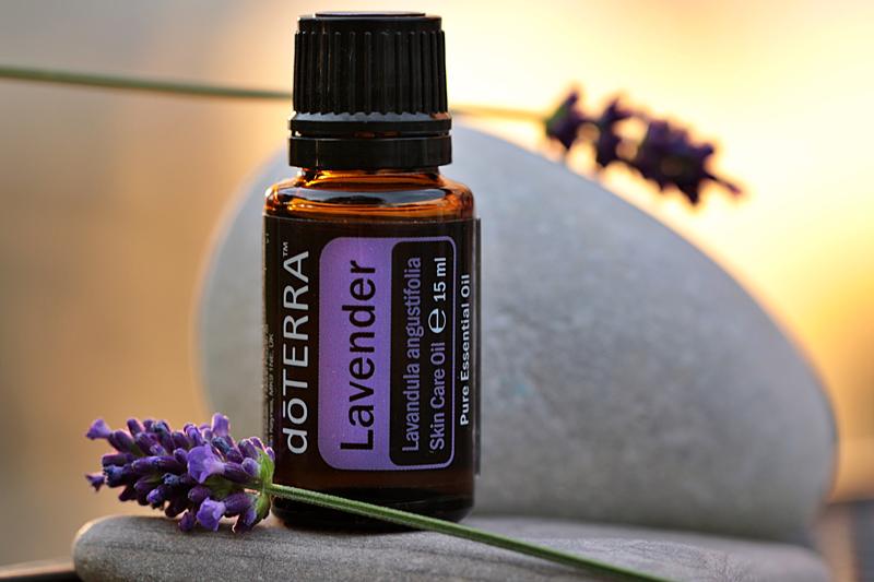 Lavendel-Ölfläschchen mit Steinen und Lavendelblüten