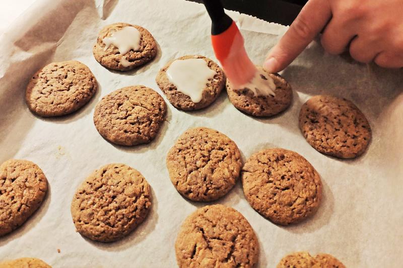 Zucker-Ölmischung auf Kekse auftragen