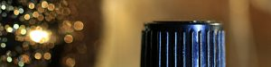 Schraubverschluss vor golden glitzerndem Hintergrund
