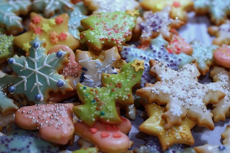 Weihnachtskekse mit bunten Streuseln