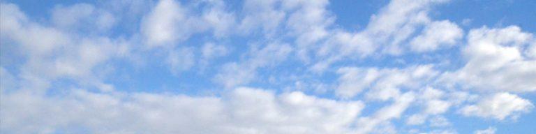 Helle Wolken auf blauem Himmel