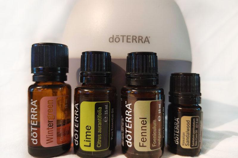 Diffuser mit den Aromaöl-Flacschen  Wintergrün, Fenchel, Lime und Sandelholz