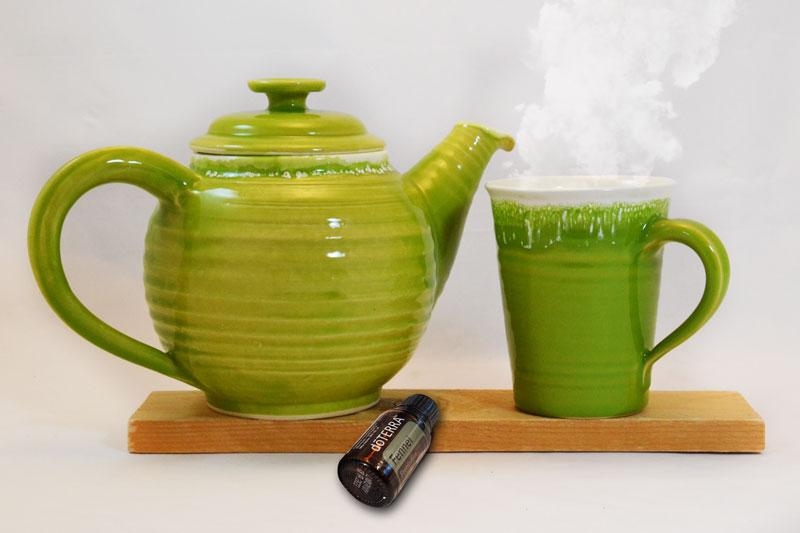 Teekanne, Tasse und Fenchelöl-Flasche