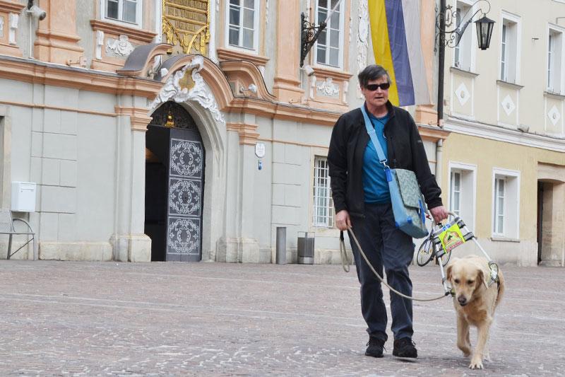 Ingrid und ihr Assistenzhund Sultan spazieren über den St. Veiter Hauptplatz