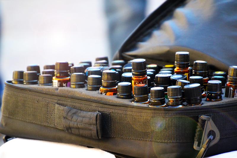 Ätherische Ölflaschen im Koffer