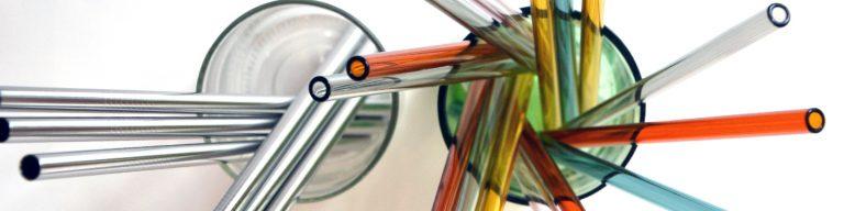 Glas- und Metall-Trinkhalme im Glas von oben