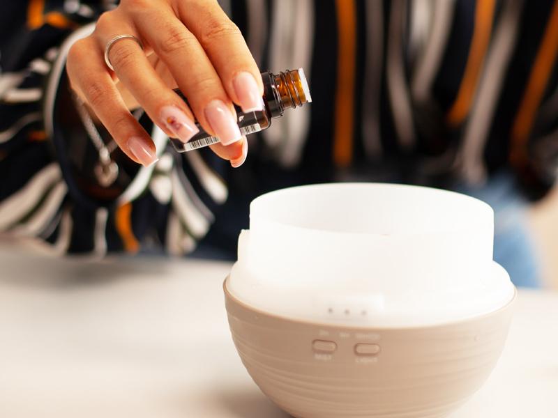 Aromaöl wird in den Diffuser getropft
